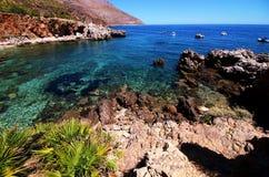 Залив моря рая с лазурными водой, пляжем и утесами Стоковое Фото