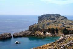 Залив моря с яхтами Lindos стоковая фотография rf