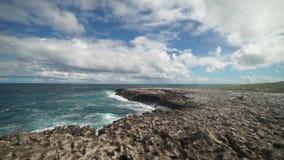 Залив моста ` s дьявола - карибское тропическое море - Антигуа и Барбуда видеоматериал