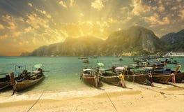 Залив на заходе солнца, остров пляжа Tonsai Phi Phi, стоковые изображения rf