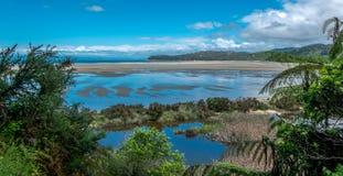 Залив океана во время отлива Залив Tasman, область Нельсон, Новая Зеландия стоковое изображение