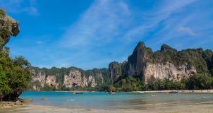 Залив острова известняка в Krabi Ao Nang и Phi Phi, Таиланде стоковые фото