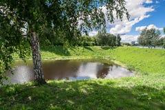 Залив реки Tmaka в идя зоне рядом с мемориалом победы в городе Tver, России Стоковые Изображения