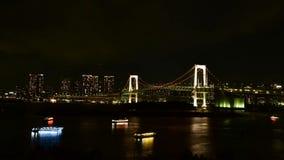 Залив токио на взгляде ночи моста радуги видеоматериал