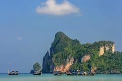 Залив Ao Loh Dalum с поставленными на якорь шлюпками longtail на Phi Дон Isl Phi Стоковые Фото
