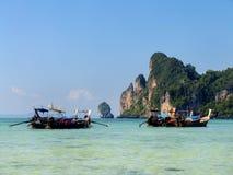 Залив Ao Loh Dalum с поставленными на якорь шлюпками longtail на Phi Дон Isl Phi Стоковое Изображение RF
