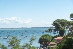 Залив Arcachon, Франция, взгляд над заливом на лете Стоковая Фотография