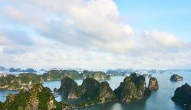 Залив Ha длинный, Вьетнам - 10-ое июня 2019: Взгляд над заливом Ha длинным, Вьетнамом достопримечательности очень популярные в се стоковая фотография rf