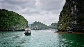 Залив Ha длинный со шлюпкой стоковое фото