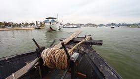 Залив Ha длиной в Вьетнаме и отключении вдоль залива на шлюпке дракона видеоматериал