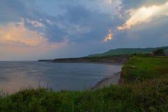 Залив Kimmeridge в заходе солнца в Дорсете Англии стоковая фотография rf