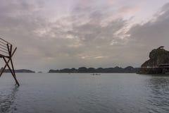 Залив Lan Ha сценария пляжа острова захода солнца, назначение ориентира, острова ба кота, Вьетнам стоковые фото