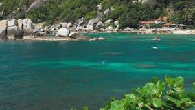 Залив Tanote на солнечный день Струят вода океана над коралловым рифом beautiffull Туристский холодок на песчаном пляже koh tao сток-видео