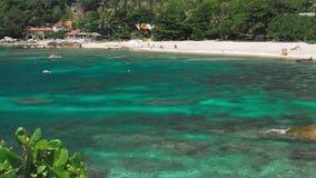 Залив Tanote на солнечный день Струят вода океана над коралловым рифом beautiffull Туристский холодок на песчаном пляже koh tao акции видеоматериалы