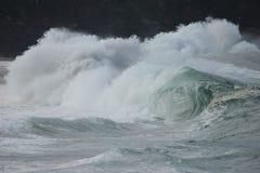 Залив Waimea ломая волны Стоковая Фотография
