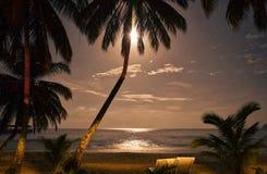 Залитый лунным светом песчаный пляж и небо в море южного Китая стоковые изображения