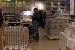 Залы товаров в мебельном магазине Ikea Стоковое Фото