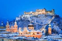 Зальцбург, Австрия: Viewof зимы исторический город Зальцбурга с известным рекой Festung Hohensalzburg и Salzach загоренным внутри стоковая фотография rf