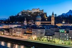 Зальцбург панорамным видом ночи с крепостью Зальцбурга и стоковые изображения rf
