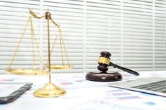 Зал судебных заседаний стола юриста с молотком стоковая фотография