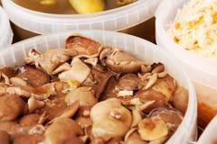 Замаринованные грибы молока и другая еда на стойле рынка Стоковые Фото