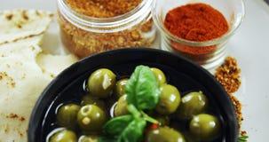 Замаринованные зеленые оливки и специи акции видеоматериалы
