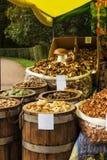 Замаринованные и высушенные грибы для продажи стоковые фото