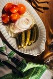 Замаринованные овощи на белой плите на деревянном столе Стоковая Фотография