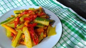 Замаринованные овощи на белой плите Стоковые Изображения