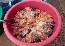 Замаринованные рыбы в тазе стоковые изображения