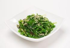 Замаринованный Seaweed с соусом гайки Стоковые Изображения RF