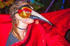 Замаскированная женщина на хеллоуине стоковое фото rf