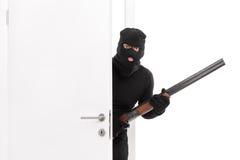 Замаскированная комната террориста входя в с корокоствольным оружием стоковые фотографии rf