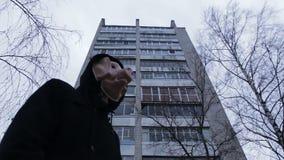 Замаскированная свинья человека на предпосылке многоквартирного дома сток-видео