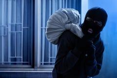 Замаскированное избежание похитителя на ноче стоковое изображение