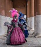 Замаскированные женщины в богато украшенных костюмах на масленице Венеции Стоковые Фотографии RF