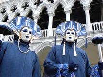 Замаскированные пары в голубых костюмах на масленице Стоковое Фото
