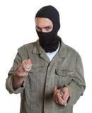 Замаскированный взломщик с ювелирными изделиями стоковые фото