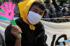 замаскированный желтый цвет рубашки протестующего Стоковая Фотография