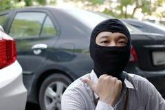 Замаскированный похититель в действии перед ограблением Концепция преступника угонщика Стоковые Фото