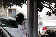 Замаскированный похититель пряча за поляком перед ограблением Концепция преступника угонщика Стоковое Фото