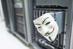 Замаскированный хакер в концепции комнаты сервера компьютера Стоковые Изображения