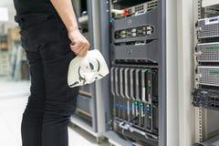 Замаскированный хакер в концепции комнаты сервера компьютера Стоковое Изображение