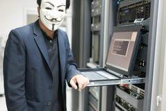 Замаскированный хакер в концепции комнаты сервера компьютера Стоковая Фотография