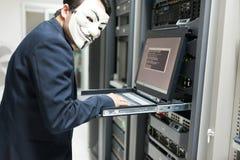 Замаскированный хакер в концепции комнаты сервера компьютера Стоковые Фото
