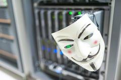 Замаскированный хакер в концепции комнаты сервера компьютера Стоковые Изображения RF