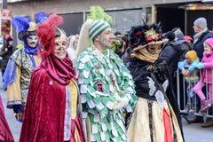 Замаскированный человек и 2 женщины в обильных масках на параде масленицы, Stu Стоковые Фото