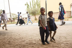 ЗАМБИЯ - 14-ОЕ ОКТЯБРЯ 2013: Местные люди идут около жизнь в Замбии Стоковое Фото