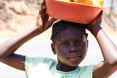 ЗАМБИЯ - 14-ОЕ ОКТЯБРЯ 2013: Местные люди идут около межсуточная жизнь стоковое фото