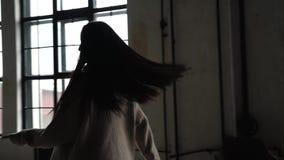 Замедленное движение - азиатская женщина Счастливый молодой женский тратя праздник девушка бежит далеко от камеры, улыбок и движе акции видеоматериалы